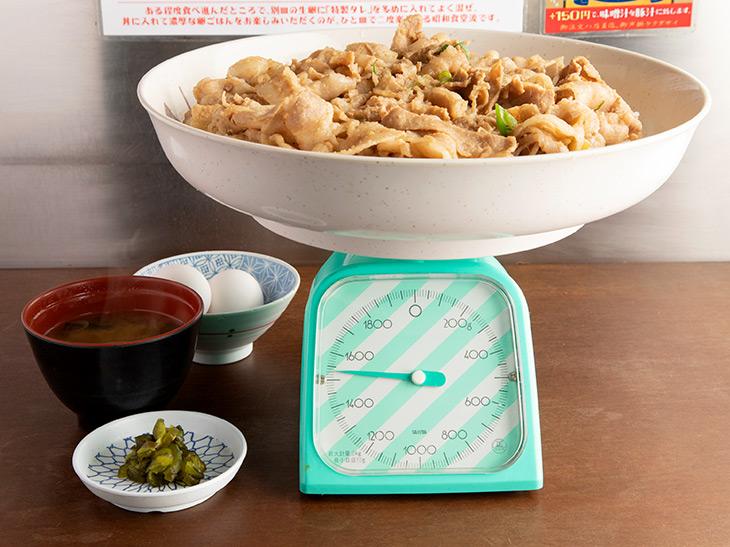 『昭和食堂』なので、スケールも昭和っぽく「計り」で計測。器を除く重さは約1,530g!