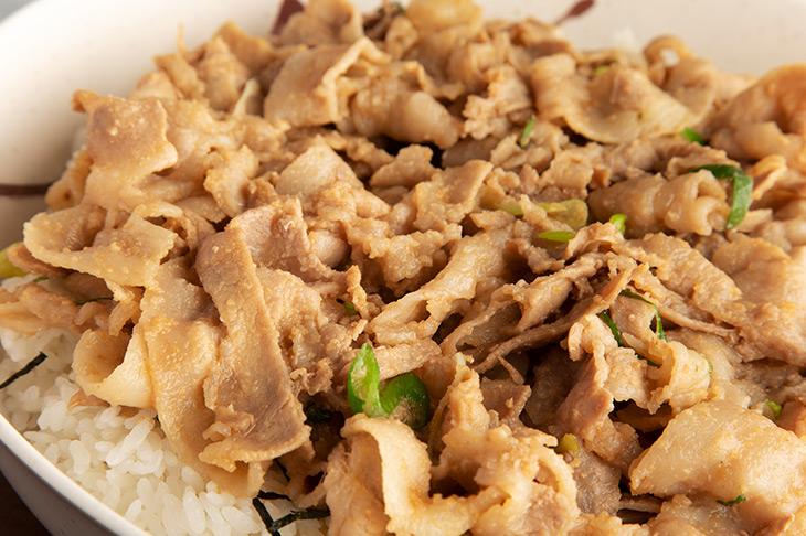 醤油ベース&ニンニク・ショウガの特製ダレで味付けられた豚は、醤油控えめの味付けなので、しつこくなく、途中でもたれる心配なし