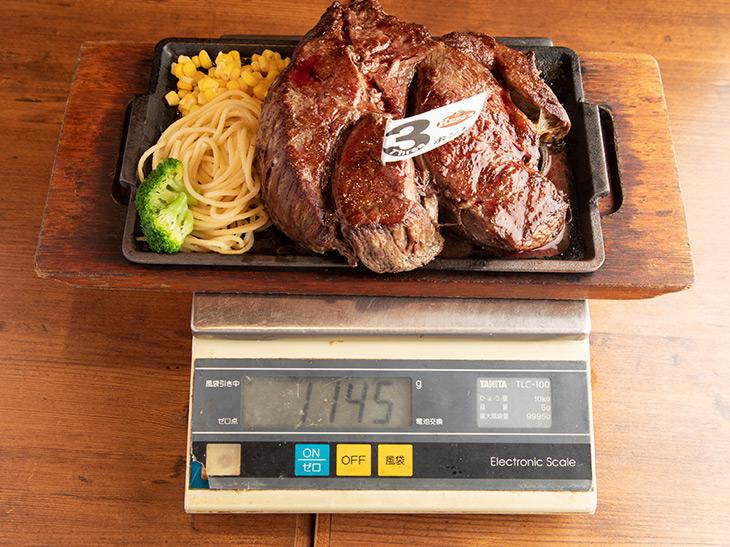 鉄板、木のプレートをひいて測った重さは1,145g。焼いた分だけ少し軽くなっている、といっても1kg超え! ド迫力です
