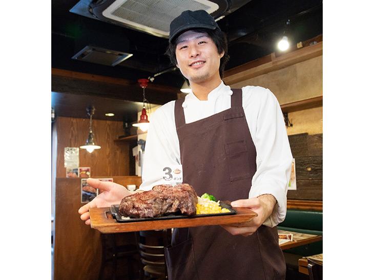 「3ポンドステーキは焼きあがるまでに20~30分かかるので、時間に余裕を持ってお越しください」と店長の松元文教さん