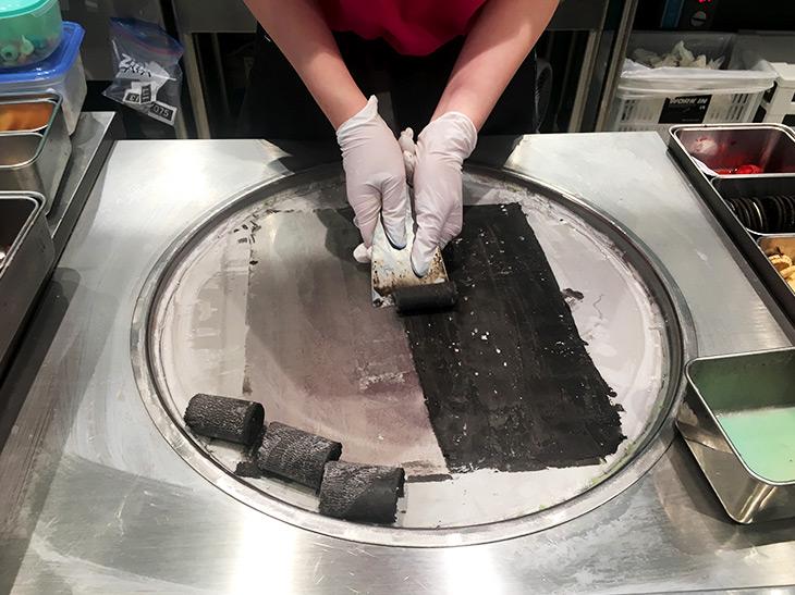 プレートから削り取るように、アイスをくるくるとローリング。まるでペンキを剥がしているかのようです。