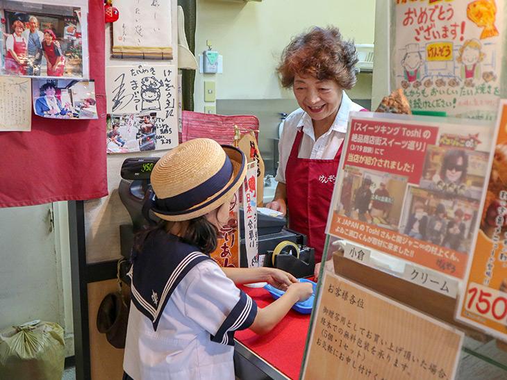お子さんも常連さんです。お店を切り盛りする内藤寿美子さんは、お客さんの名前まで覚えているので、やさしく声をかけてくれます
