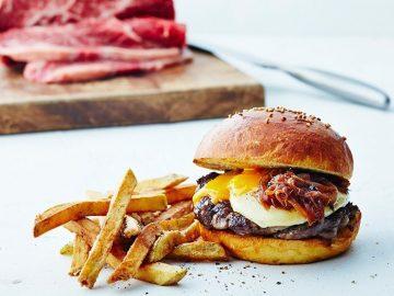 絶対食べたい! 新宿「ジェイエス バーガーズ カフェ」の黒毛和牛×アメリカンビーフの究極ハンバーガーとは?