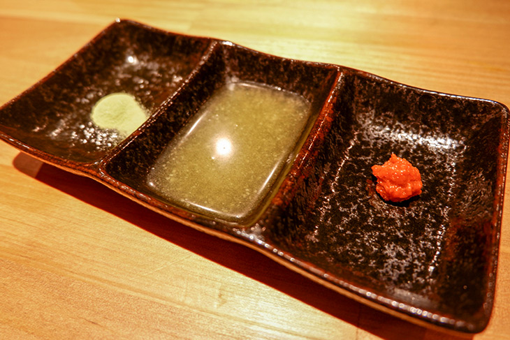 左から抹茶塩、自家製鶏油(チーユ)、柚子胡椒