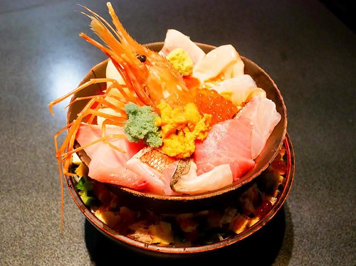 「名物 築地場外丼 3,240円」(味噌汁つき)ボタンエビをセンターに、ウニ、イクラ、エビの卵、そしてさまざまな魚の刺身が!