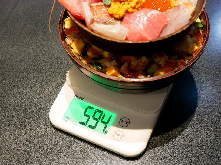 器の重さを除く実際の重さは594g。これなら大喰いじゃなくても完食できます