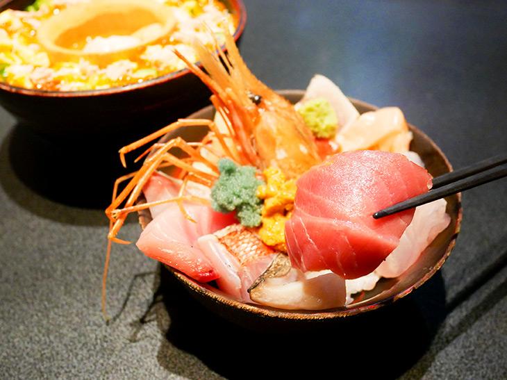 食べる時は上の丼をテーブルに置き、下の丼の竹の器も一度取り出してから