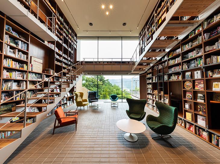 ラウンジでゆっくり読書をするもよし、はたまた取り囲む本棚の裏側や、壁の隙間、廊下の奥などにも、ひとり隠れ家な読書スペースもある。もちろん客室に持ち込んで読むことも可能