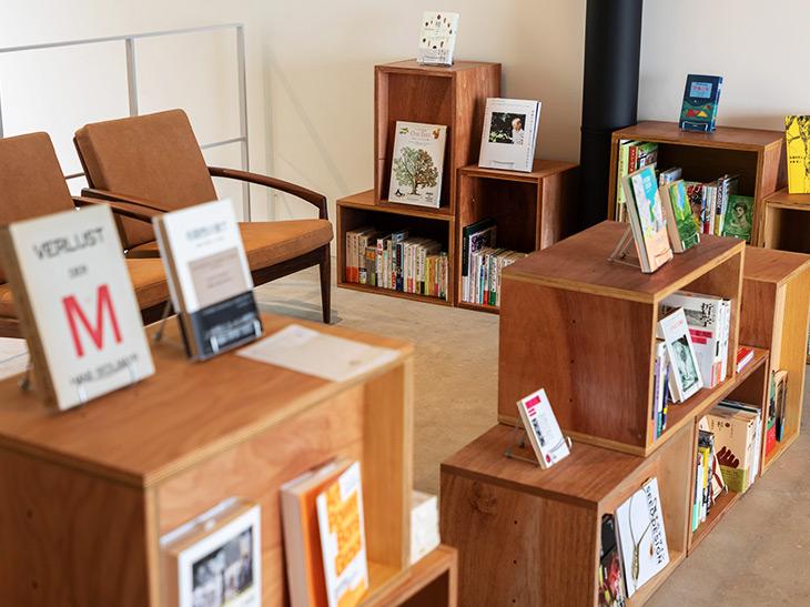館内のあちこちには、恩田陸さん、土井善晴さん、野村友里さんら本好きな著名人37人が選書した「あの人の本箱」がある。各客室にも置いてあるので、誰の本箱に当たるかはお楽しみ