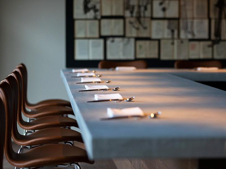 レストランはオープンキッチンのカウンター19席、個室3室。厨房は、料理人たちの舞台。料理とワインを熟知したサービスも、対面で親しみやすく