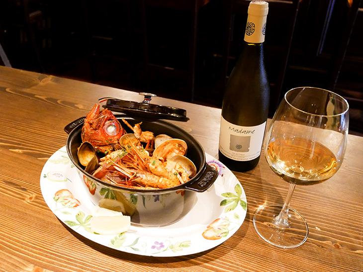 「ブイヤベース」1,680~2,880(税別)。ワインはフランスロワールの「ピエール・オリッビ・エボノーム(マダム)」(ボトル6,000円、グラス1,200円)