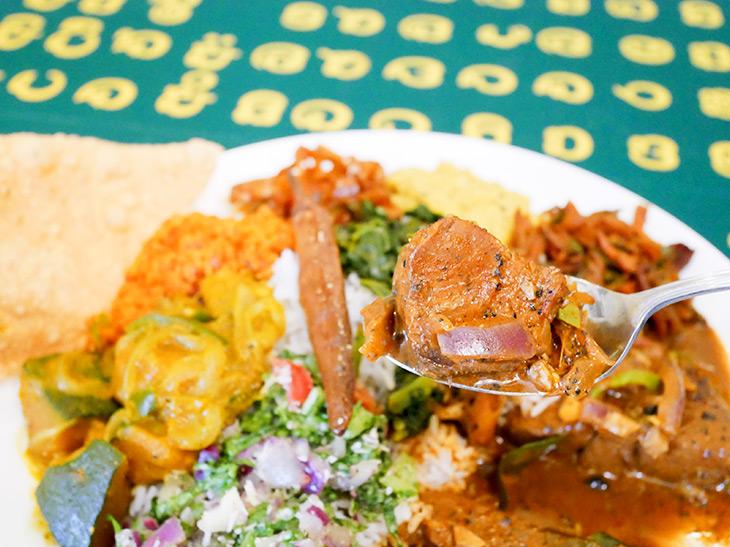 この日のカレー(魚)はブリ。煮付けのような色ですが、スリランカのスパイス&ハーブの味。バスマティライスと絶妙の相性!