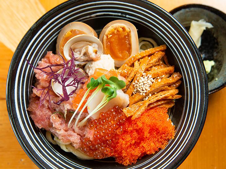 """海鮮丼ならぬ""""海鮮麺""""! 斬新すぎる『沢むら』の「ちらし麺」を食べてきた"""