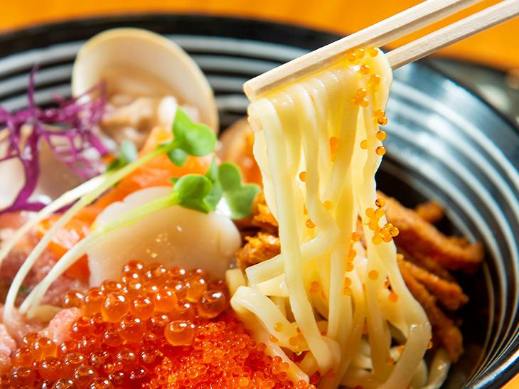 もちろん具の下には中太の麺が。ちらし寿司ではなく「ちらし麺」です
