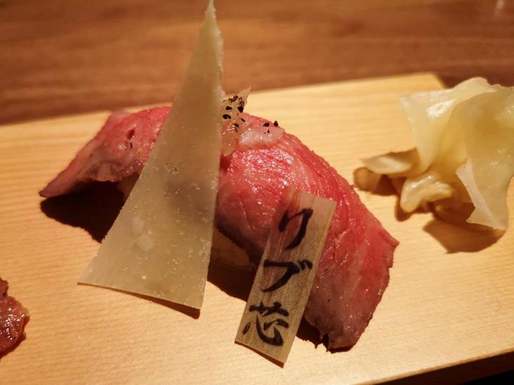 そして奥は、「三角バラのローストビーフ ~パルミジャーノ・レッジャーノを添えて~」。部位ごとに全く違った味わいを楽しむことができます