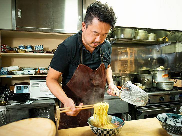 店主の金子辰之さん。和食人生28年、ラーメンが人気すぎるまさかの展開に