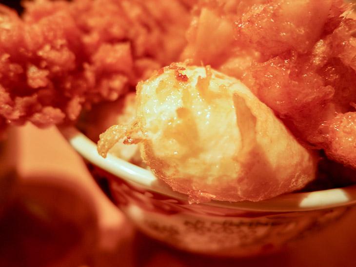 揚げた半熟玉子は表面も香ばしい。黄身を天ぷらにつけていただきます