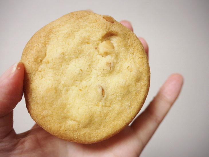 香ばしく焼き上げられたクッキー。サイズは手のひらサイズです。