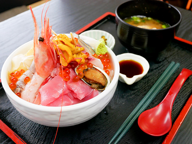 海のない足立区で海鮮丼? 水産物専門の市場で食べられる、人気NO.1の海鮮丼は最後の一口まで旨すぎた!
