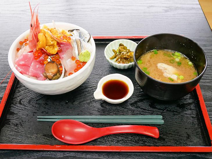 「特盛ごうか海鮮丼」1,600円。あら汁、漬物、店特製のだししょうゆつき
