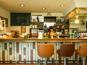 カウンターとテーブル席がある店内。JR金町駅から徒歩7分