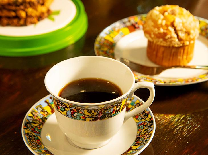 「コーヒー」450円、「キャラメルリンゴマフィン」300円