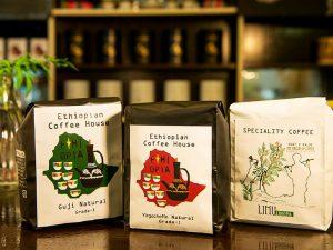 「リムウォッシュG1」1,500円(写真右)、「イルガチェフェ ナチュラルG1」1,200円(写真中央)、「グジ ナチュラルG1」1,200円(写真左)各200g。現在エチオピア産コのーヒー豆3種類を販売