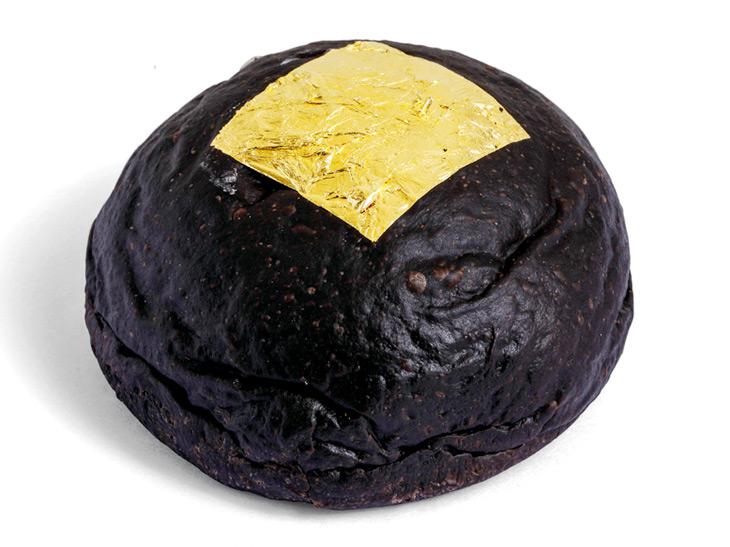 『クリームパン専門店 キンイロ』の「kuro・iro/黒色」540円 (1個)