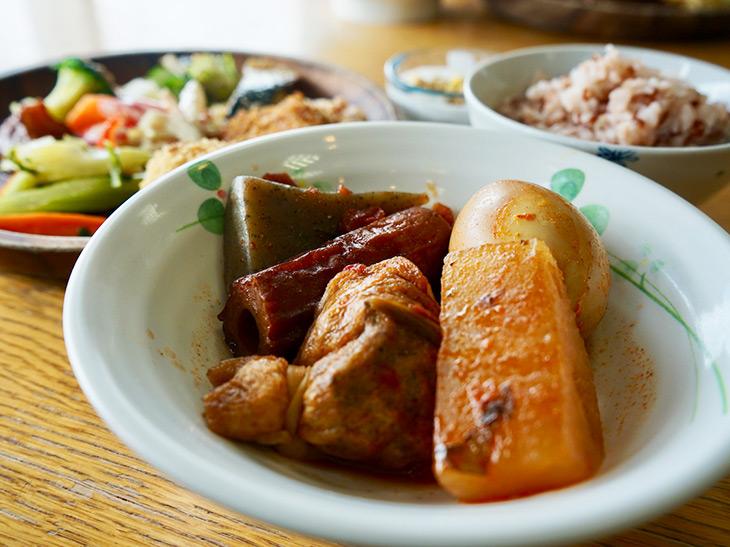 真っ赤なスープにチーズ!? 福井・小浜のご当地グルメ「鯖おでん」が旨い
