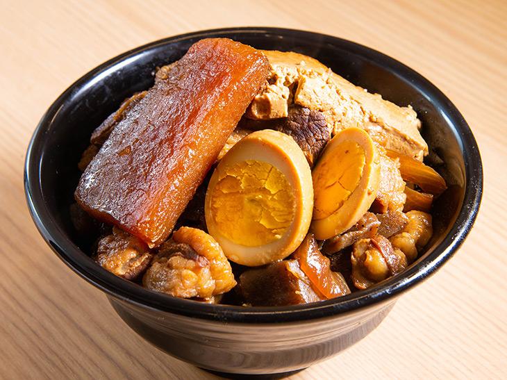 「デラ肉めし」+山盛990円。茶色い! ツヤツヤに輝いている大根、そして味の染み込んだ煮卵!