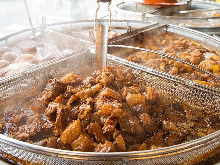 店頭では牛肉や卵、大根などを煮ている大鍋が。店内で調理しているので、ほどよい煮込み加減のタイミングで味わえる