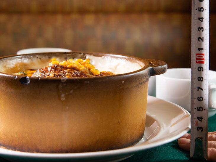 鍋の高さ、約10cm! ズズッとスプーンが入っていきます