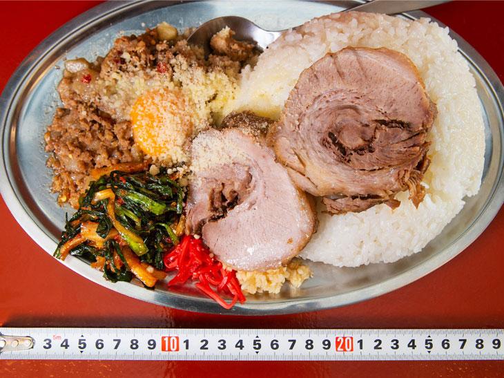 「暴君セット」1,250円。お皿の横幅は約30cm。カレーなどでおなじみの銀のプレート