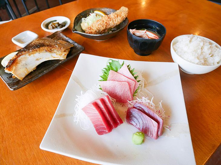「三崎市場のまぐろづくし定食」2,300円。刺身、焼き、揚げとゴージャス!