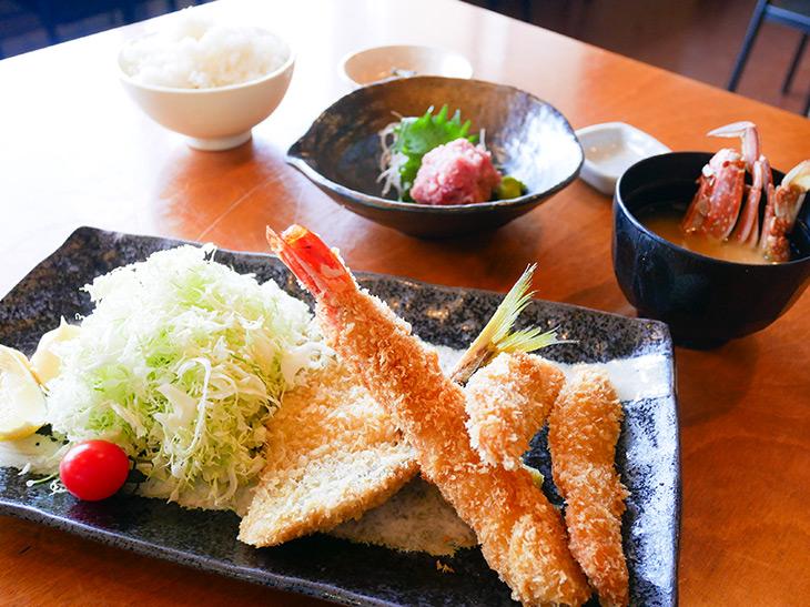 市場の「日替わり地魚フライと刺身定食」1,500円。こちらもゴハン、かに汁、おしんこつき