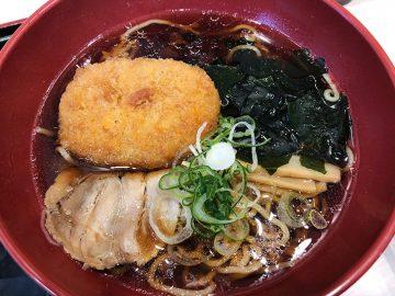 """東京サバイバル飯! 立ち蕎麦『ゆで太郎』で、念願の""""コロッケラーメン""""を食べてきた"""