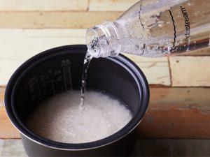 炭酸水をそっと分量通りに注ぐだけ、簡単すぎるライフハック!
