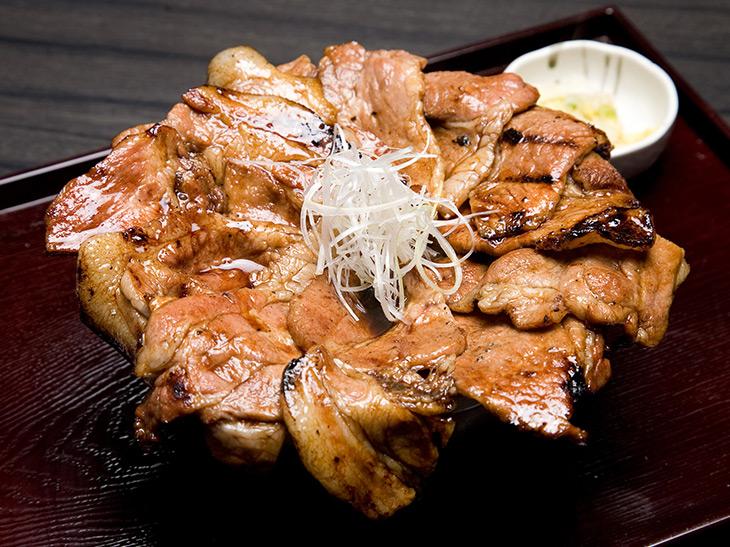 丼から溢れる豚肉がたまらない! 『帯広豚丼とんたん』の炭火焼き豚丼を食べてきた