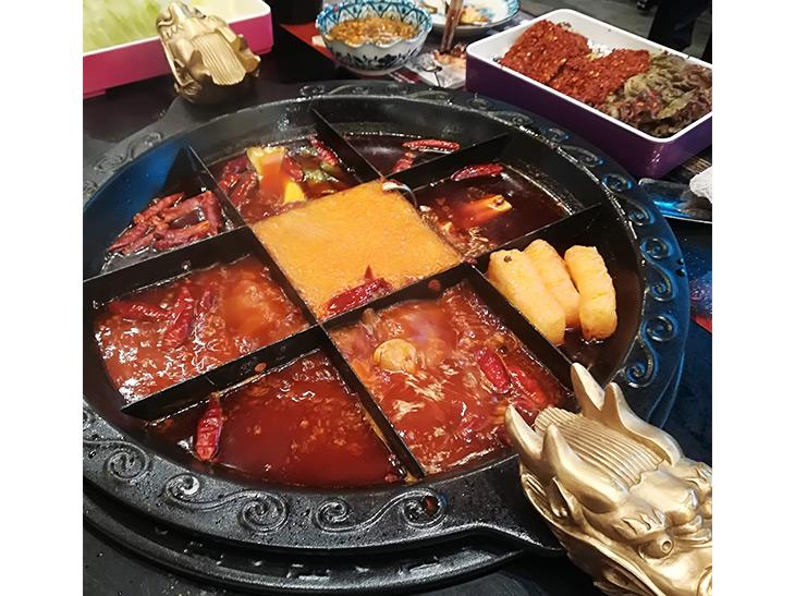 「九宮格鍋」(580円/人)は、一度しか使わない最上級の牛脂、四川特産の山椒、唐辛子等で調味しています。真ん中は120℃なのでお肉をメインに、周りは100℃なのでお野菜をメインに入れていただきます。区切りの場所によって温度が異なるため、味や食感も変わるのが楽しいです