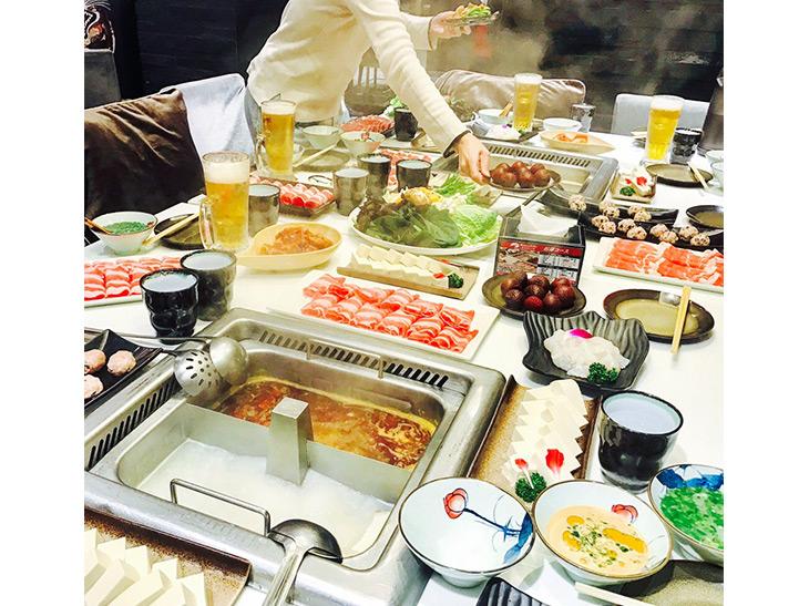 「麻辣スープ」や「白湯スープ」などが選べる火鍋のお得コースは1人2980円~で、豚肉、特選牛肉、白身魚、牛肉団子、豆腐、野菜盛り合わせ、デザートが付いてきます