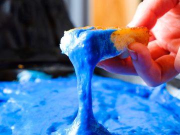 沸き上がる青のマグマ!? 新年会にもぴったりなタイで人気の「チーズ火山鍋」が日本初上陸