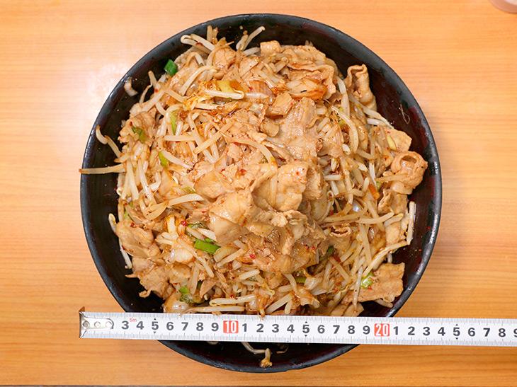 器の直径は約24cm。上から見ると、もやしと豚肉、そしてキムチの赤がアクセントに