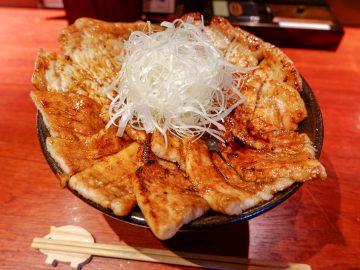総重量1.2kg! 上野『豚っく』で、巨大メガ盛り「豚丼」を食べてきた