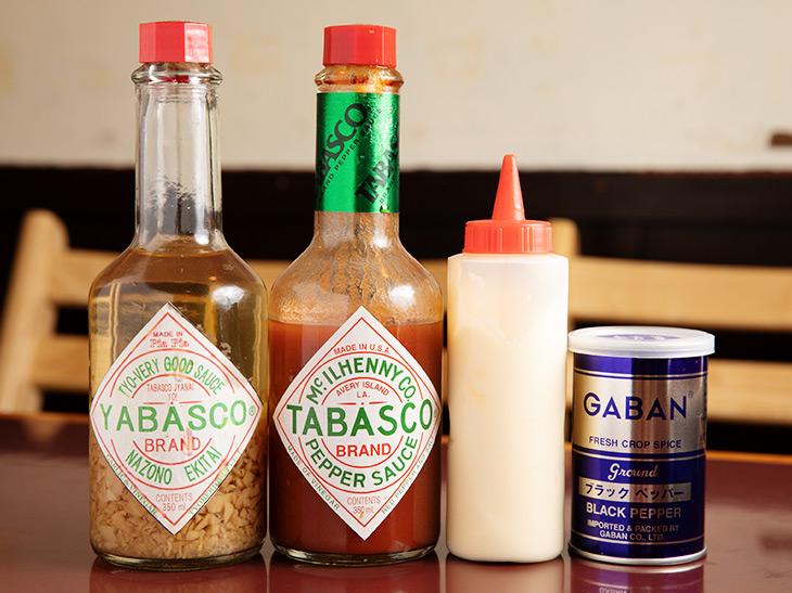 左から、ヤバスコ、タバスコ、マヨネーズ、胡椒。ヤバスコって?