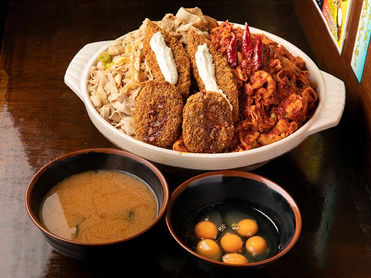 「食王盛」6,000円。生卵6個分と、ラーメン丼に入った味噌汁つき
