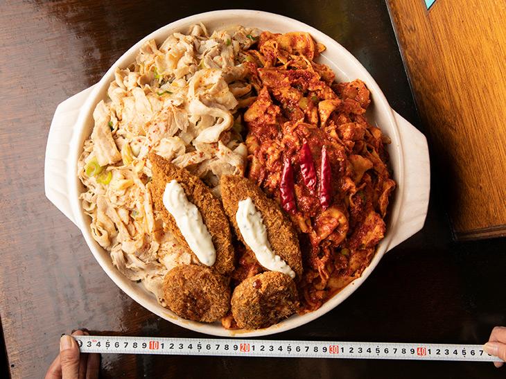 鍋の直径は約33cm(持ち手の部分を除く)。タルタルソースがかかっているのが白身魚のフライ