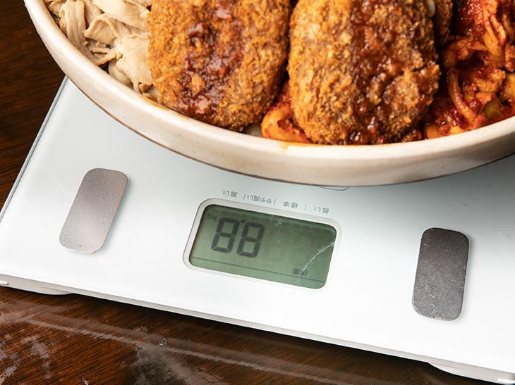重さは器と合計で8.8kg。土鍋の重さは2,057gなので、差し引き約6.7kg。測りじゃダメ。体重計で計測