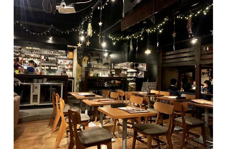 お店は、新宿三丁目駅C6出口より徒歩1分。店内はテーブル席、ソファー席、半個室あり。開放的な空間でありながら、黒と茶色の木を基調とした落ち着いた雰囲気
