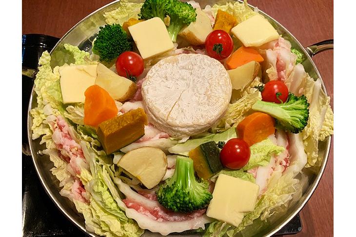 「イベリコ豚とカマンベールチーズの塩バターミルフィーユ鍋」 1,180円(税込1,274円)※1人前の価格。注文は2人前~写真は4人前