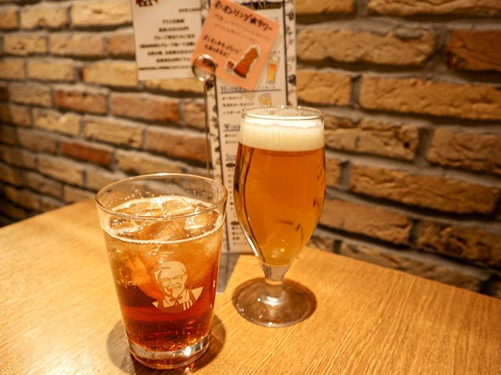 飲み放題を注文すると、注文者であることを示す札を渡されるので、それをテーブルに置きます。グラスが空になったら次のドリンクを注文できるシステム